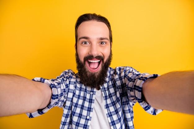 Автопортрет красивый привлекательный веселый веселый бородатый парень в клетчатой рубашке