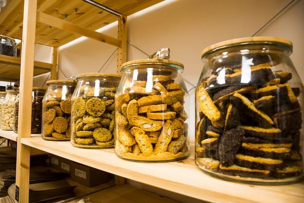 셀프 서비스 벌크 유기농 식품. 친환경 제로 폐기물 가게. 소규모 지역 비즈니스. 쿠키와 디저트.