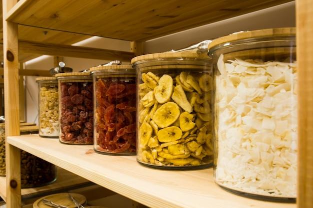 Оптовые органические продукты самообслуживания. экологичный цех с нулевыми отходами. небольшой местный бизнес. обезвоженный банан, клубника и кокос.