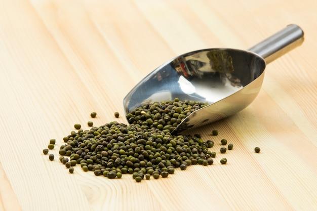 セルフサービスのバルク有機食品。レンズ豆