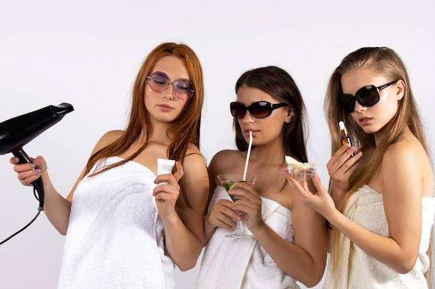 Женщины концепции самообслуживания и релаксации в очках