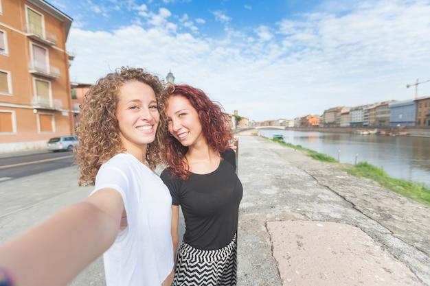 市内のselfieを取っている2人の女の子