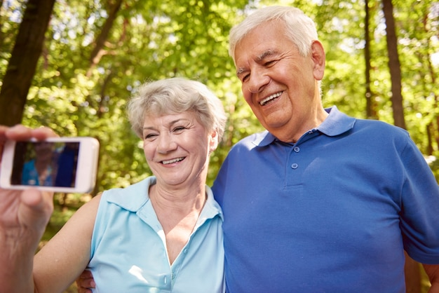 Selfie nella foresta scattato dai nonni