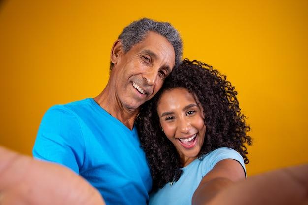 笑顔の父と娘の自分撮り。自分撮りをしている父と娘