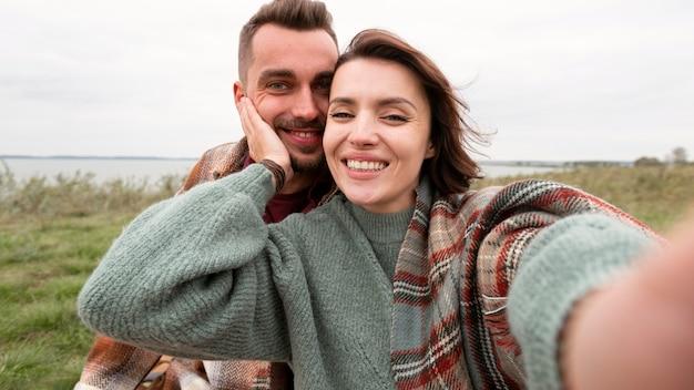 自然の中で幸せなカップルの自分撮り