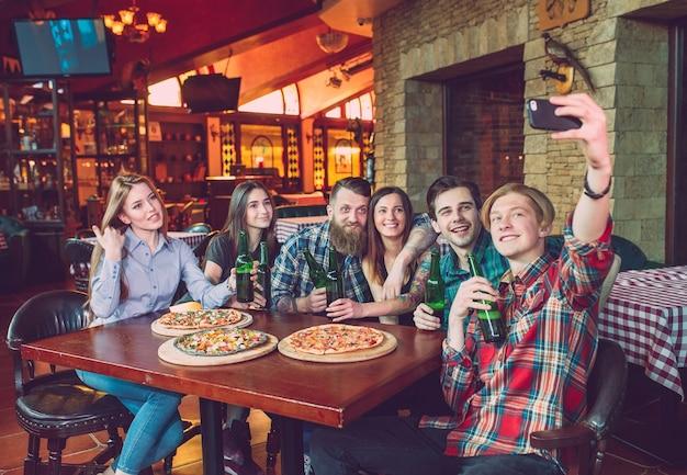 Используйте мобильный телефон selfie photo group друзья