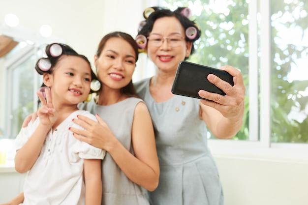 アジアの家族の自撮り写真