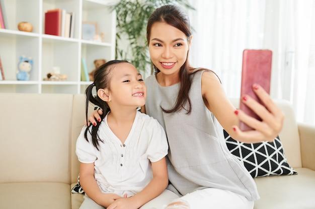 娘と一緒に自分撮りの肖像画