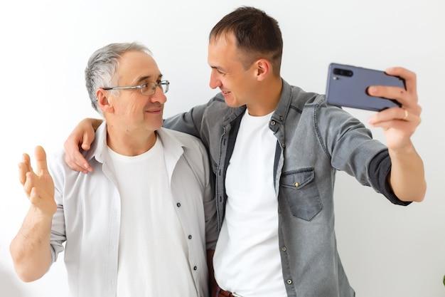 セルフィーの息子とパパ、家族の価値観とセルフィー写真の概念