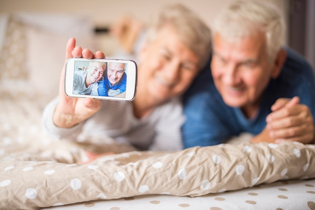 陽気な年配のカップルが撮った自分撮り