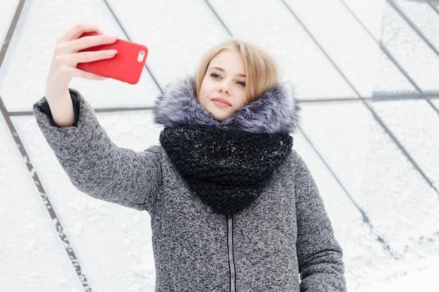 셀카 시간, 젊은 펑키 블로거가 소셜 네트워크 페이지에서 사진을 만들고 있습니다.
