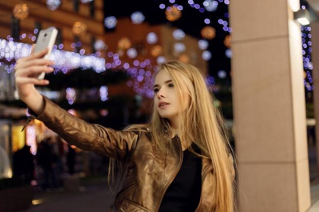 셀카 타임, 젊은 펑키 블로거가 소셜 네트워크 페이지에 사진을 찍고 있습니다.