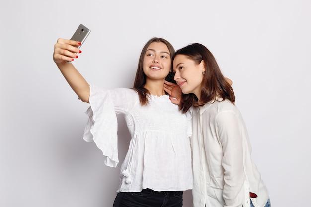 Время селфи, юная фанковая блогерша делает фото для своей страницы в соцсетях