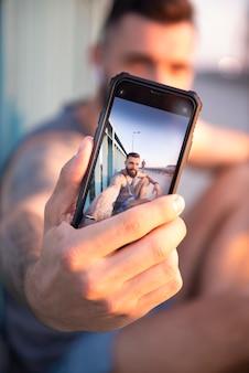 Селфи со смартфоном во время тренировки на открытом воздухе