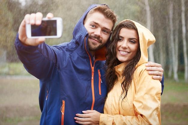 雨の日に私の美しいガールフレンドと自分撮り