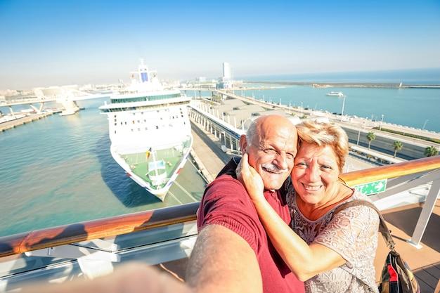 船でselfieを取ってシニアの幸せなカップル-少し傾いた地平線