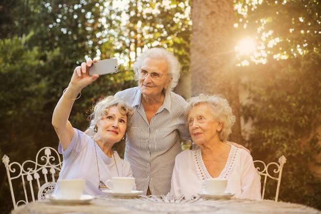 シニア女性、selfieを取って