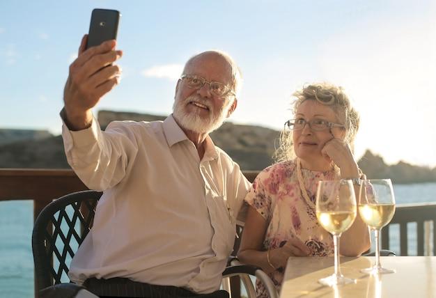 年配のカップル、selfieを取って