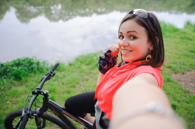 サイクリングでselfieをしている女の子
