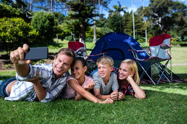 公園で、selfieを取って幸せな家族