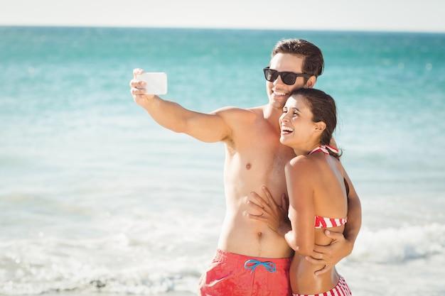 ビーチで若いカップル撮影selfie