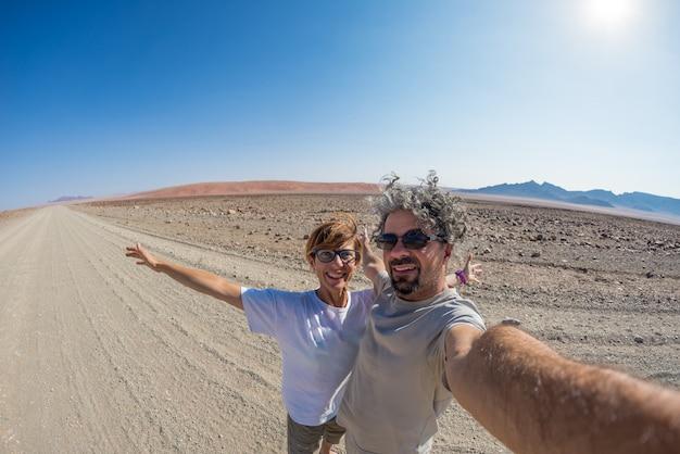砂漠、ナミブナウクルフト国立公園のカップルselfie