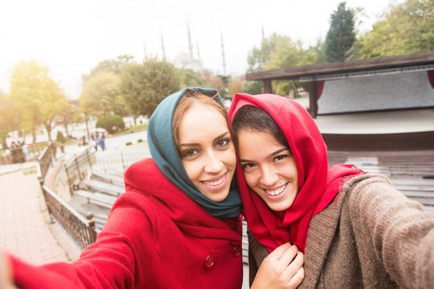 イスタンブールでselfieを取っているベールを着ているアラブ女性