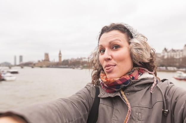 ロンドンのselfieを取っている美しい女性