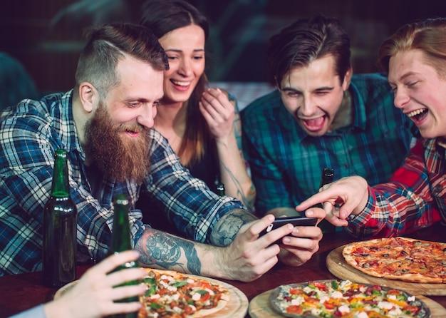 携帯電話のselfie写真グループの友達を使用する