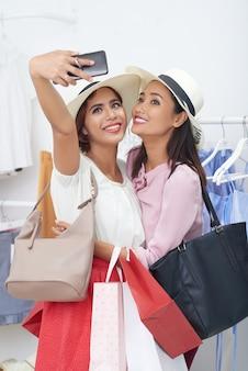 買い物中毒の女性、selfieを取って