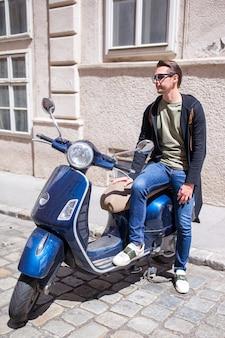 古いヨーロッパの都市の若い男はselfieを取る