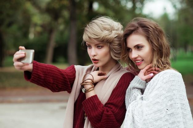 Selfieを作る若い女性