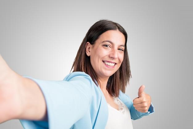 笑みを浮かべて、幸せ、selfieを取って中年の女性