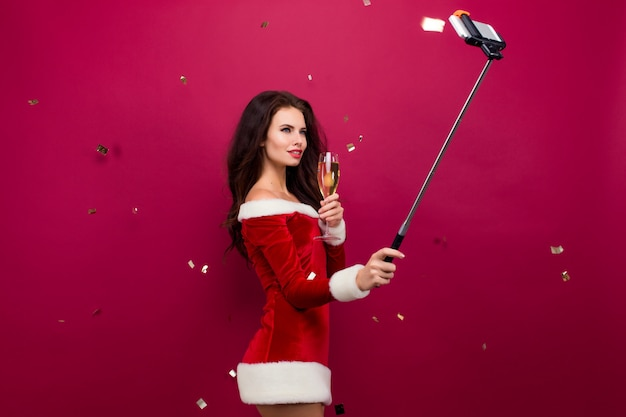 Selfieを取って赤いドレスを着た女性