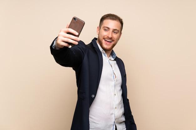 金髪の男、selfieを作る分離