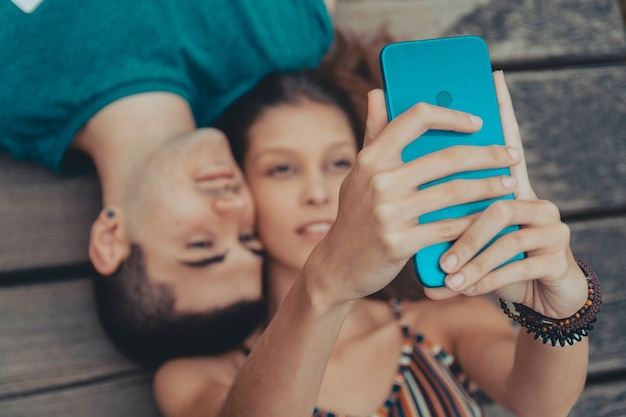 休日selfieの若いカップルのポーズ