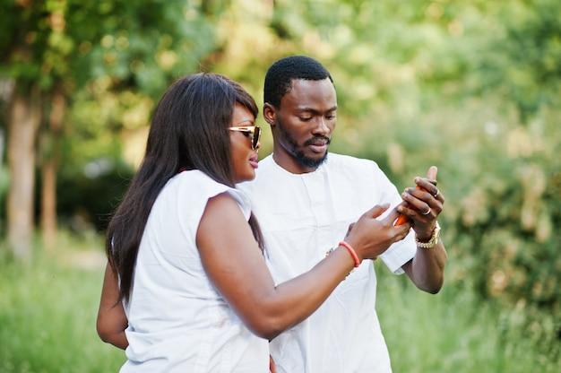彼らの電話でselfieをしている愛の黒アフリカのカップル