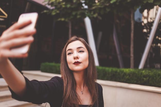 深刻な女性のクローズアップselfie肖像画