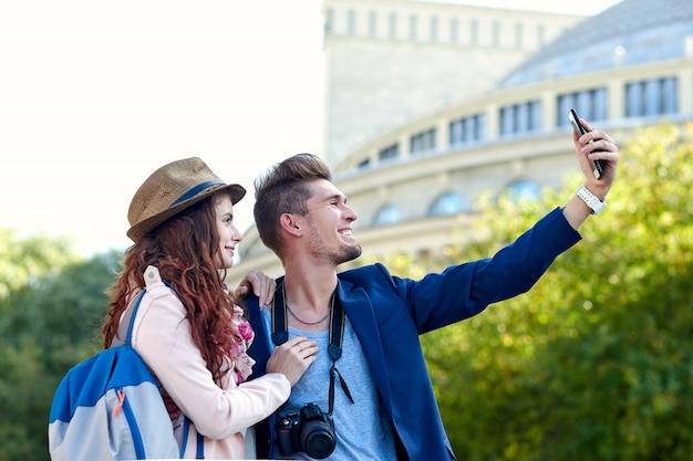 旧市街でselfieを取って観光客の幸せな愛のカップル