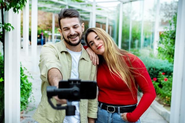 恋に幸せなカップル、ソーシャルネットワーク、ライフスタイルコンセプトのselfieを作る