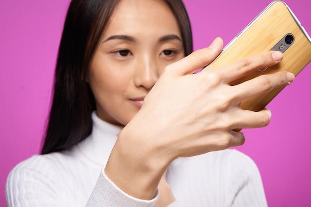 スマートフォンでselfieを取る若いアジア女性
