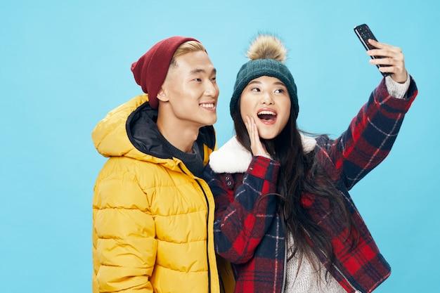 アジアの女性と男性のカップルが一緒にポーズと、selfieを取る