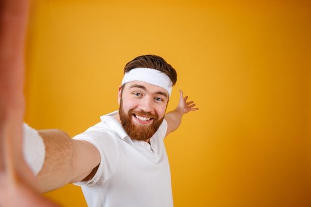 Selfieを作る笑顔のスポーツマン