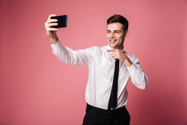 面白い青年実業家が携帯電話でselfieを作る
