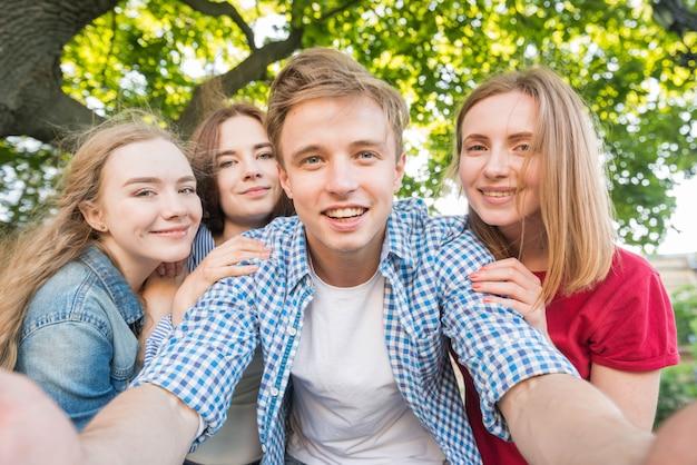 Selfieを取っている若い学生のグループ