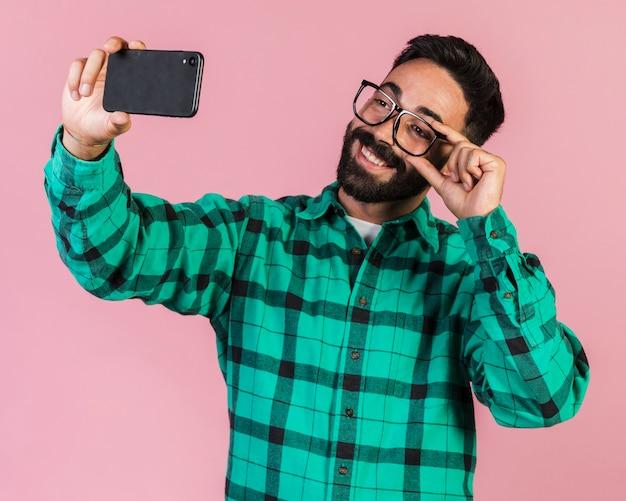 ミディアムショット男、selfieを取って