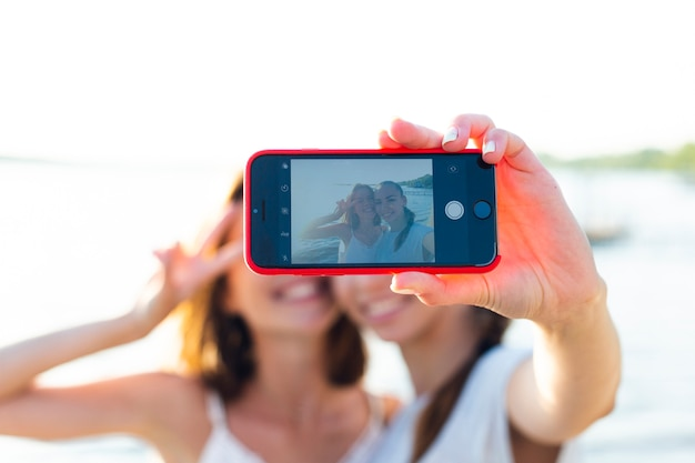 Selfieを取って正面の親友