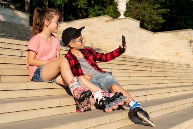女の子と男の子、selfieを取る