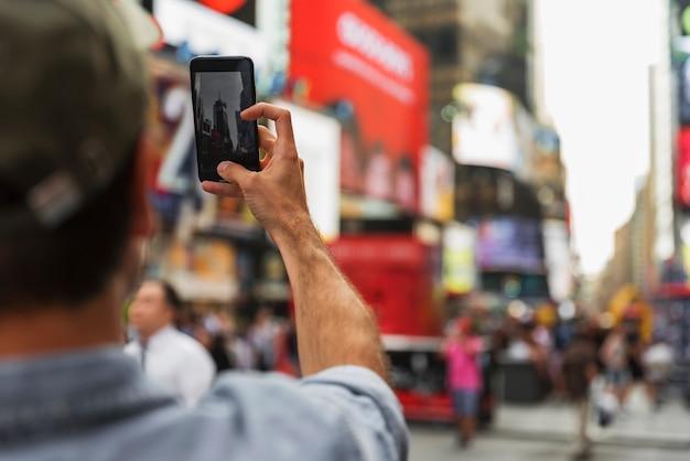 Selfieの撮影中の男