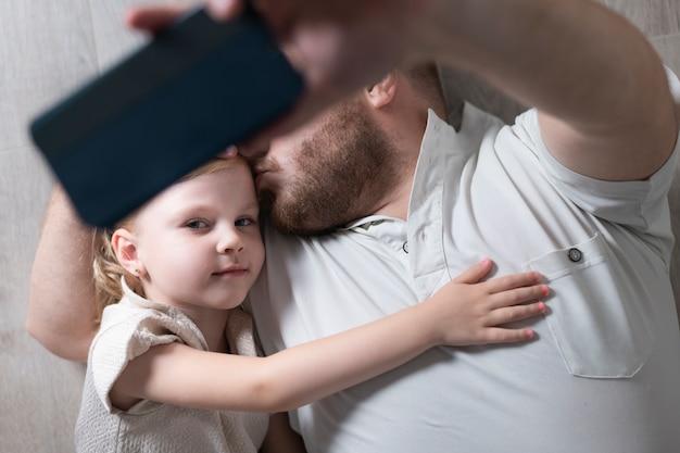 父は娘と一緒にselfieを取る